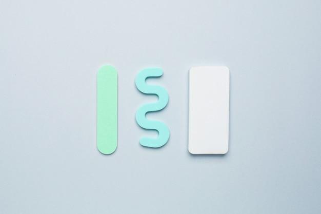 Pediküre maniküre-tools, nagelfeile und separator für die finger auf blauem hintergrund