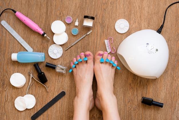 Pediküre zu hause mit nagellack- und uv-lampen, nagelfeilen und scheren