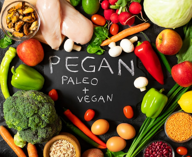 Pegan-diät. kombination aus veganer und paläologischer ernährung. gesunde ernährung - auswahl an frischem gemüse und obst, hühnchen, eiern, muscheln, hülsenfrüchten, pilzen.