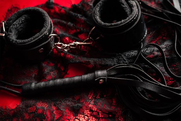 Peitsche und handschellen mit spitzenunterwäsche für bdsm sex
