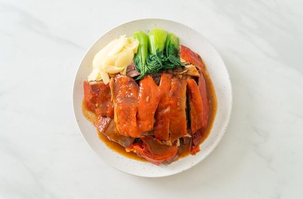 Peking-ente oder gebratene ente in roter barbecue-sauce - chinesische küche
