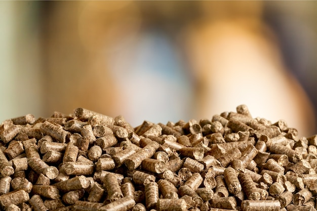 Pellets-biomasse hautnah auf unscharfem hintergrund