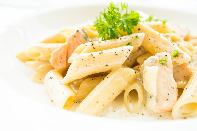 Penne carbonara-nudeln mit lachs