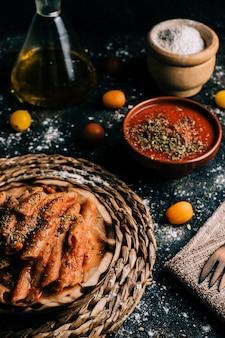 Penne. hausgemachte vollkornmakkaroni mit tomatensauce auf altem holztisch