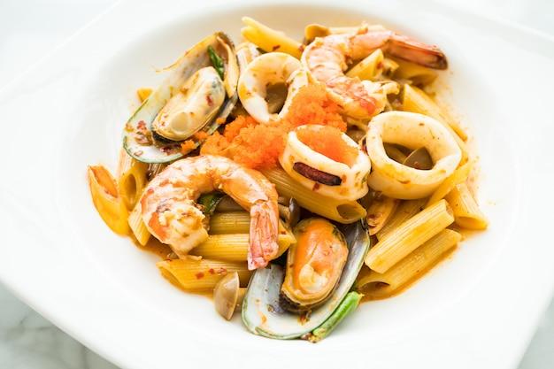 Penne meeresfrüchte tom yum pasta