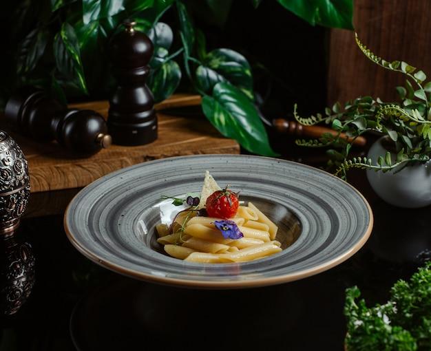 Penne nudeln mit parmesan und kirschtomaten