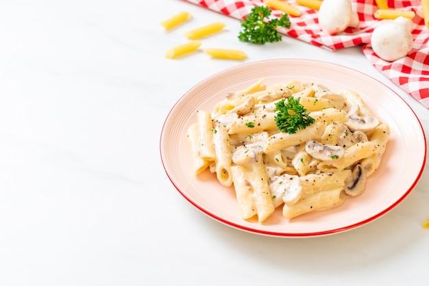 Penne pasta carbonara sahnesauce mit pilzen - italienische küche