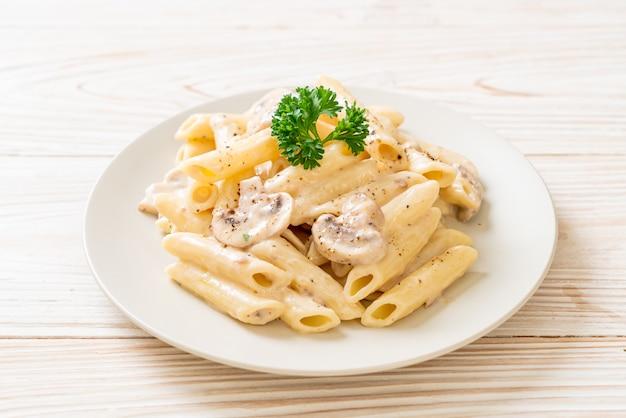Penne pasta carbonara sahnesauce mit pilzen