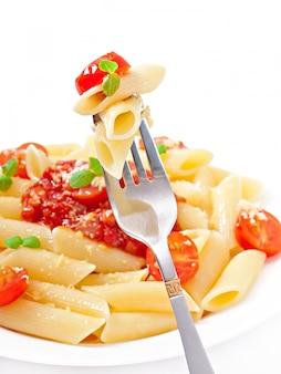 Penne pasta mit bolognese-sauce, parmesan und basilikum