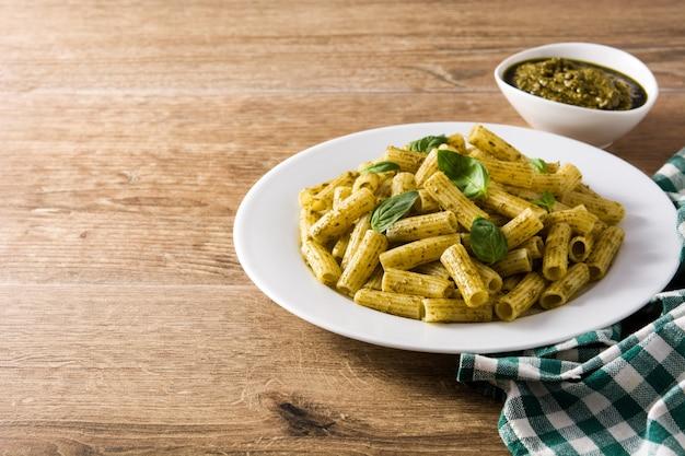 Penne pasta mit pesto-sauce und basilikum