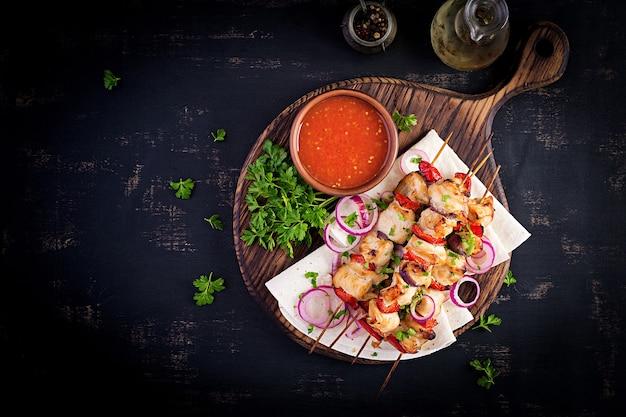 Penne pasta mit pesto-sauce, zucchini, erbsen und basilikum.