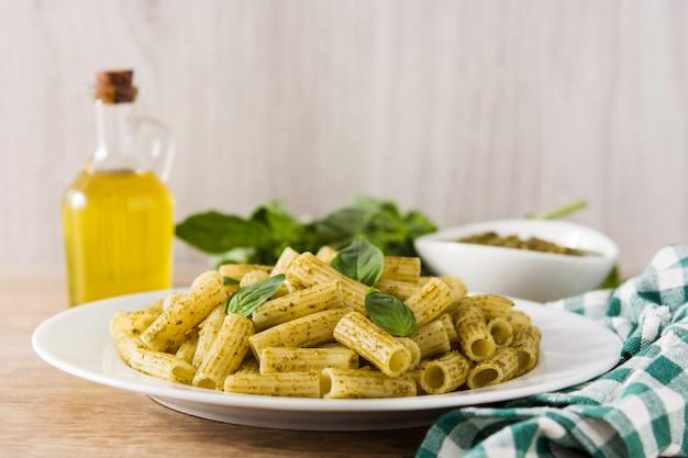 Penne pasta mit pesto-sauce