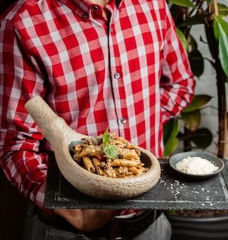Penne pasta mit sahnekräutern und fleisch