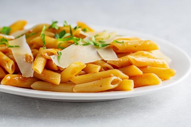Penne pasta mit tomatensauce