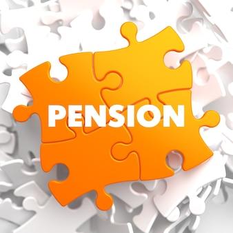 Pension auf orange puzzle auf weißem hintergrund.