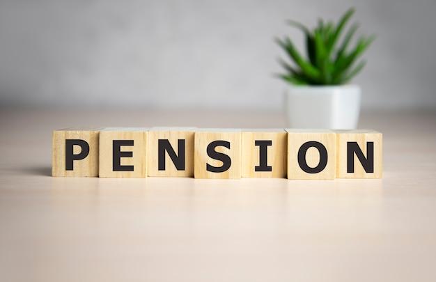 Pension wort auf holzwürfeln