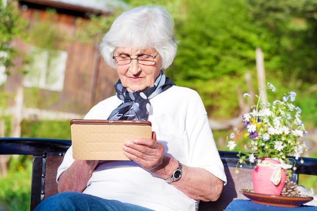 Pensionierte frau ihre handtasche halten