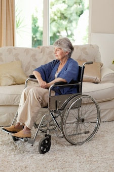 Pensionierte frau in ihrem rollstuhl