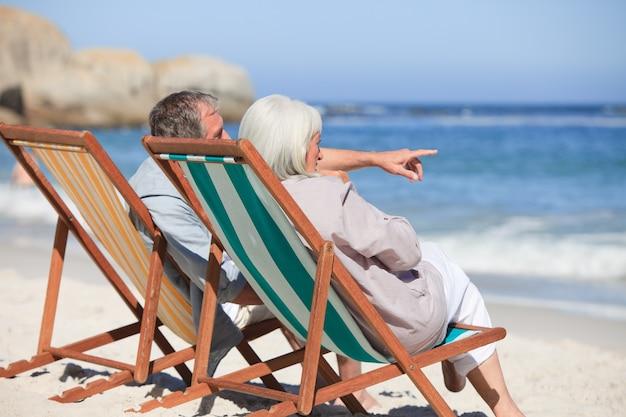 Pensionierte paare, die auf klappstühlen sitzen
