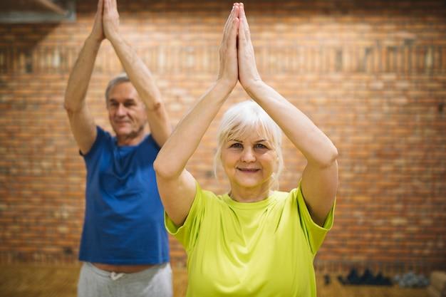 Pensionierte paare, die balanceübung tun