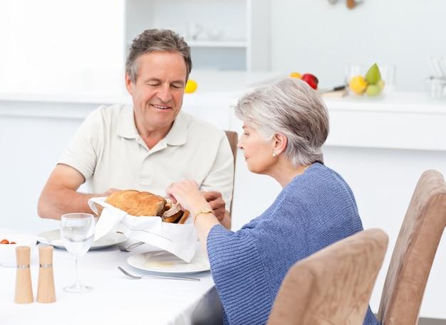 Pensionierte paare, die in der küche essen