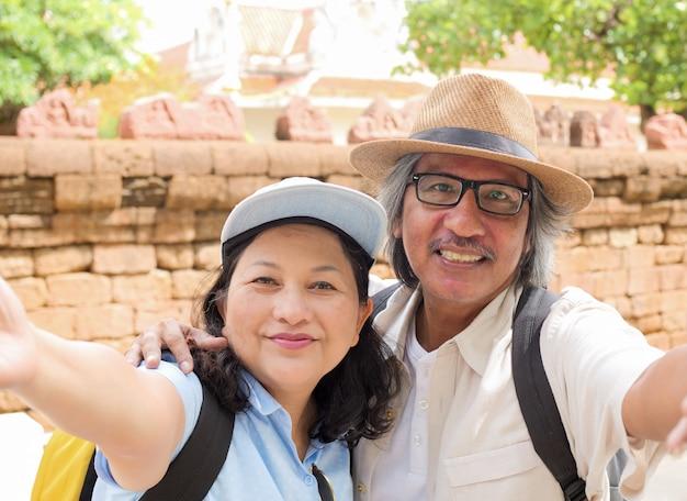 Pensioniertes sommer-reisendkonzept des paares selfie zusammen.