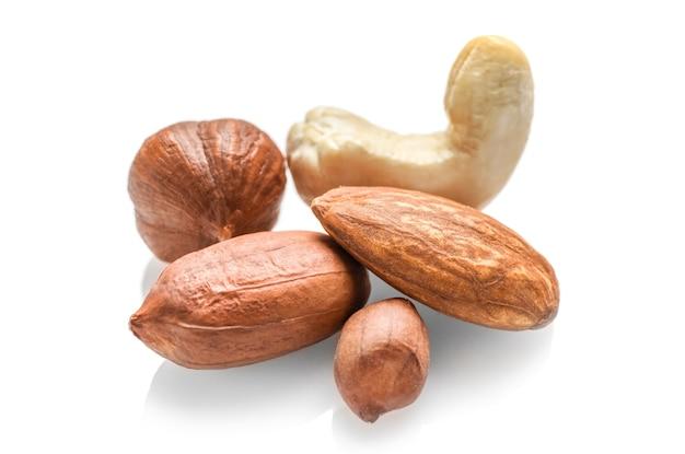 Penuts, haselnuss, mandelnuss und cashewnuss isoliert auf weiß