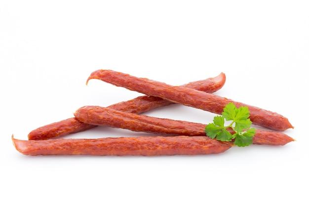 Peperoni oder salami nach schweizer art, petersilienwurst. isoliert.