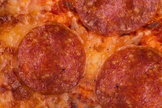 Peperoni und käse schließen den vollen rahmen