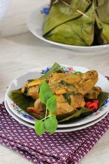 Pepes ayam gedämpftes hühnchen und wrap mit bananenblatt traditionelles rezept aus indonesien