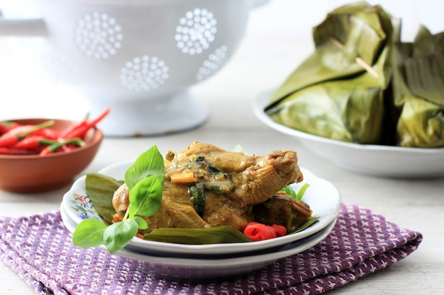 Pepes ayam pais hayam ist indonesisches gedämpftes curry-huhn mit traditionellem rezept
