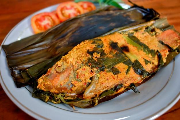 Pepes ikan, indonesische küche, gedünstet und gegrillte fische in bananenblättern eingewickelt
