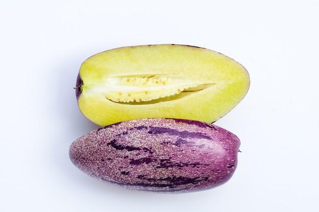 Pepino-melone auf weißem hintergrund.