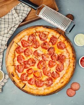 Pepperoni-pizza auf dem tisch