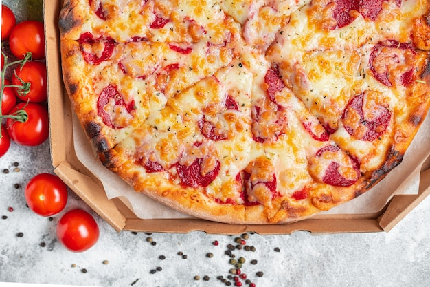 Pepperoni pizza tomatensauce und käse trend mahlzeit