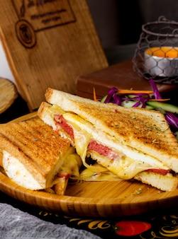 Pepperoni-toast mit käse serviert gewinnen bambusplatte