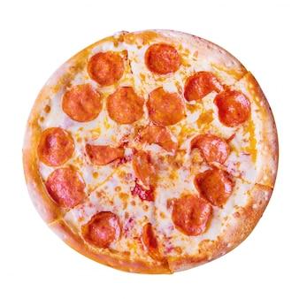 Pepperonipizza auf weißem hintergrund.