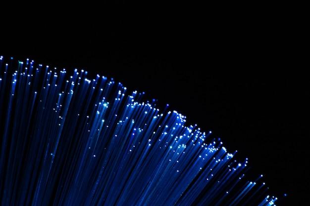 Perfekt fokussierte bogenförmige blaue lichtwellenleiter auf schwarzem hintergrund
