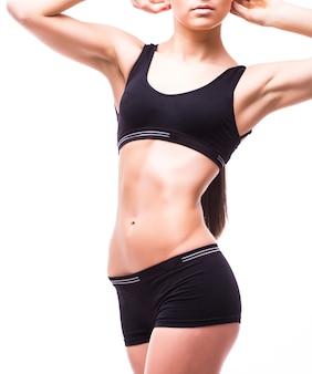Perfekt passender weiblicher körper isoliert auf weißer wand