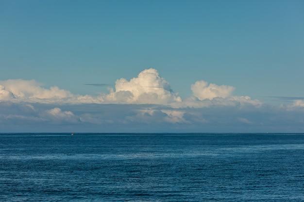 Perfekte aussicht auf himmel und wasser des ozeans