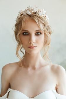 Perfekte braut mit juwelen, ein porträt eines mädchens in einem langen weißen kleid.