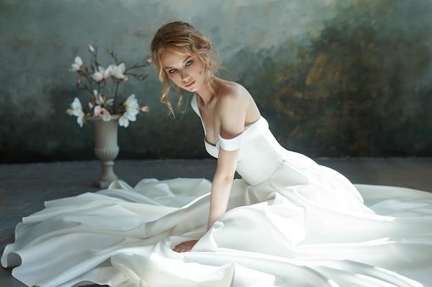 Perfekte braut, porträt eines mädchens in einem langen weißen kleid