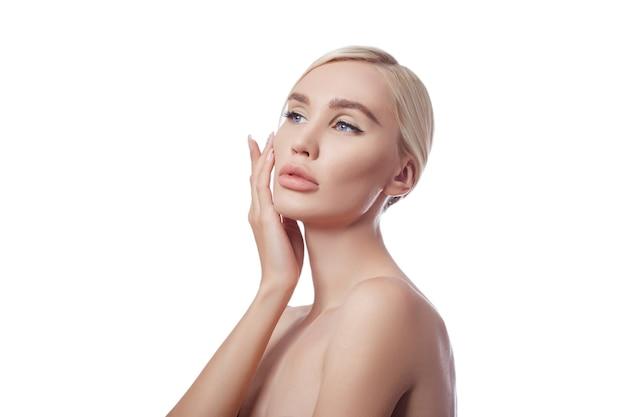 Perfekte frau mit sauberer haut, kosmetisch gegen falten. verjüngende wirkung auf die hautpflege. reinigen sie die poren ohne falten. mädchenblondine auf weißem hintergrund isolieren