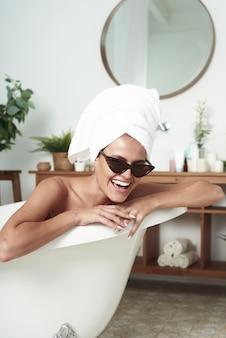 Perfekte frau mit weißem handtuch auf kopf nach der dusche