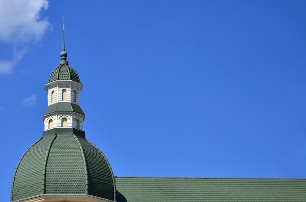 Perfekte hochwertige dacharbeiten von metalldach abgeschlossen.