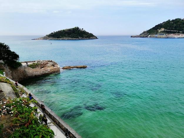Perfekte landschaft eines tropischen strandes in san sebastian ferienort, spanien