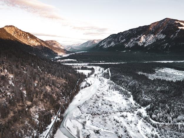 Perfekte landschaft von wald und bergen in kalten zeiten