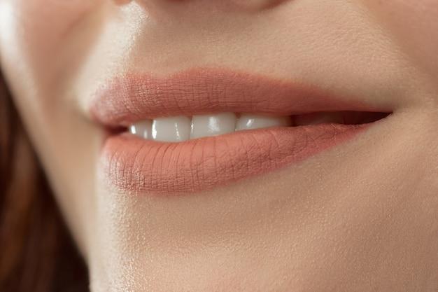 Perfekte lippen. sexy mädchen mund nahaufnahme. schönheit junge frau lächeln. natürliche pralle volle lippe. lippenvergrößerung.