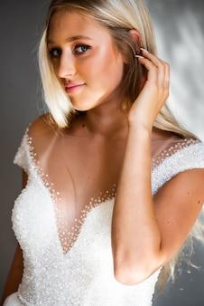 Perfekte mode-modell-frau mit schönem frisur-abschlussball oder braut-mädchen