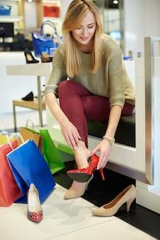Perfekte rote high heels für unabhängige frau